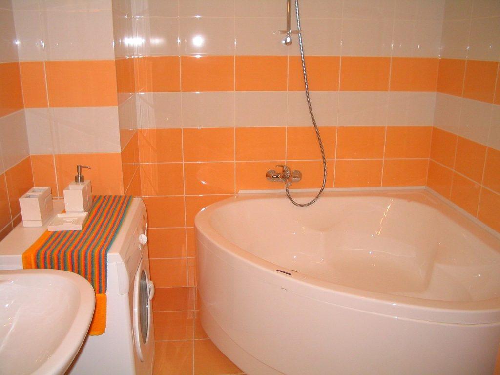 Een kleine badkamer inrichten - Deco kleine badkamer met bad ...